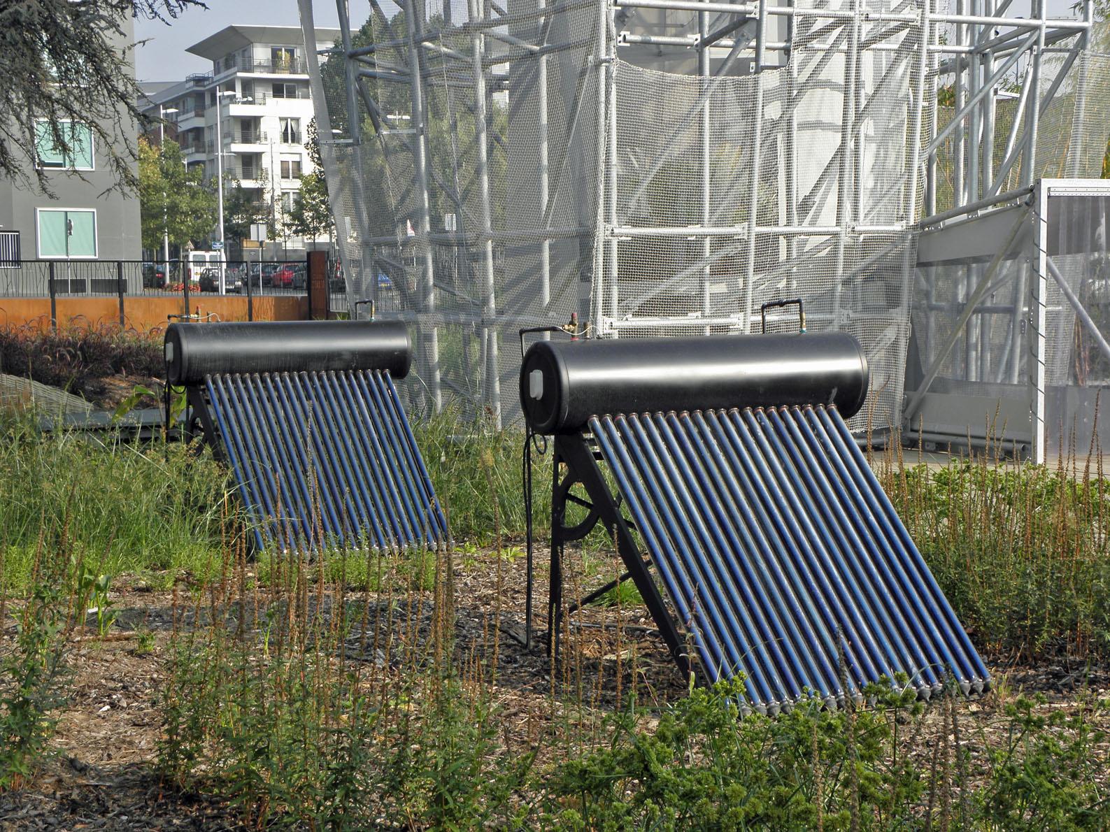 chauffe eau solaire du soleil pour chauffer l eau des foyers fran ais. Black Bedroom Furniture Sets. Home Design Ideas