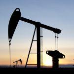 Le pétrole baisse sur fond de hausse de l'offre et de demande incertaine